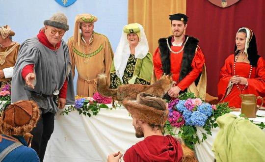 Avant le banquet, les ménestrels sont présentés à Anne de Bretagne et son époux, Louis XII. (Photo archives Le Télégramme).
