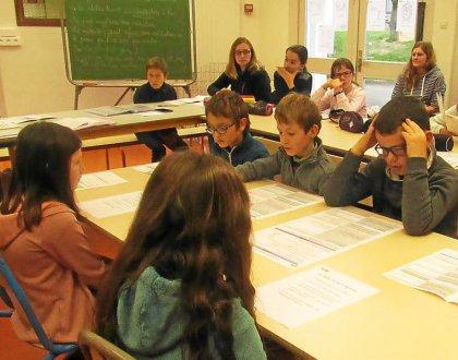 Lili-Rose et Justine jouent les « médiées » face aux médiateurs Héloïse, Nathan, Maëlan et Edvin. Sous les regards attentifs des adultes référents.