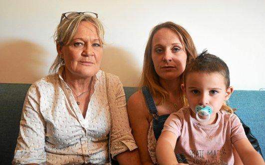 Sylvie Dronval, la mère d'Aurore, accompagnée de l'une des sœurs de la jeune femme accidentée, Océane Daoulas, et son fils Enzo.