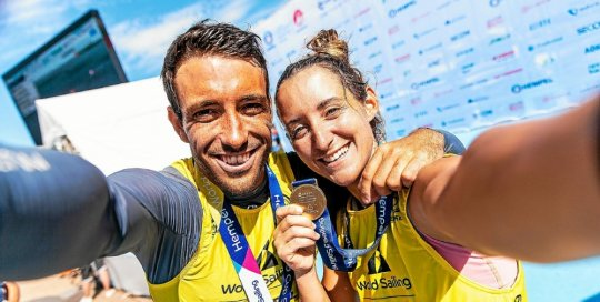 The smiles of Quentin Delapierre and Manon Audinet who win the first stage of the World Cup on the water of the 2020 Olympics ....