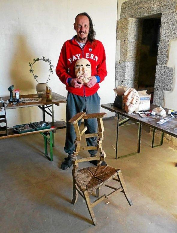 Adriano Riva travaille sur l'effet glitch (cette chaise, par exemple), et il crée également des masques en plâtre et papier.