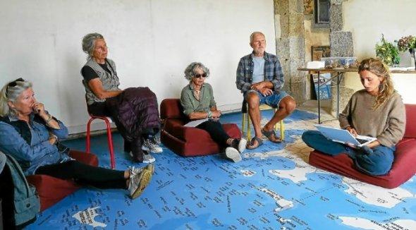 Avant son départ de Plouguerneau, Emma Baffet a lu quelques pages écrites pendant sa résidence aux membres de l'association Iles et phares du pays des Abers.