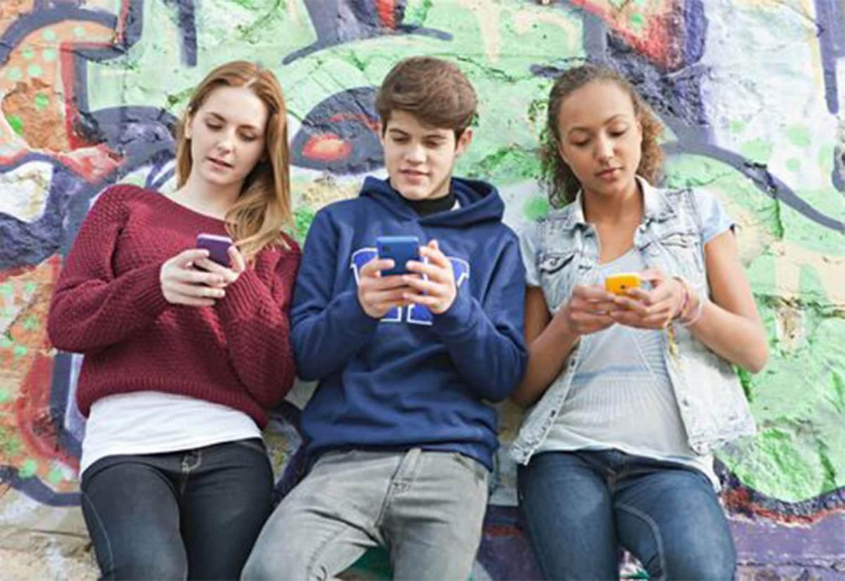 adolescenza-e-telefono.jpg?fit=1200%2C825&ssl=1