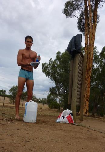 Bidon d'eau pour se laver pendant un road trip