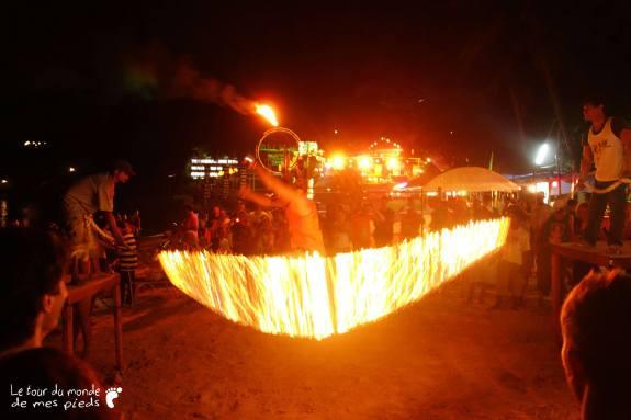 Corde à sauter en feu sur la plage en Thaïlande