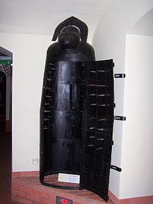 220px-Muzeum_Ziemi_Lubuskiej_-_Muzeum_Tortur_-_Żelazna_dziewica