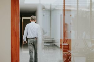 Man leaving work after quitting a job. Photo by Jornada Produtora on Unsplash
