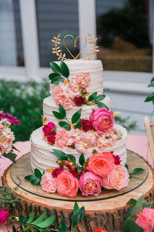 tort weselny ozdobiony kwiatami