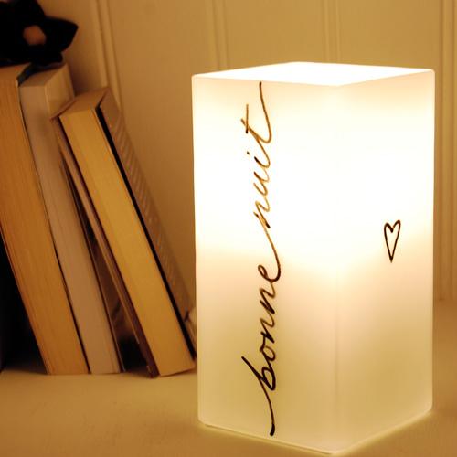 """Lampada per la camera da letto - Su un lato la scritta """"bonne nuit"""" -> buonanotte"""