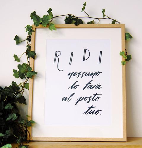 """L'affiche """"Ridi"""" dans un cadre 40x50 cm, avec passepartout."""