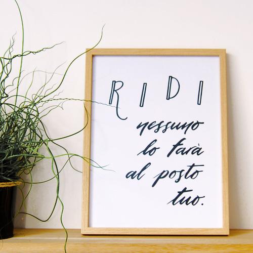 """L'affiche """"Ridi"""" dans un cadre 30x40 cm."""
