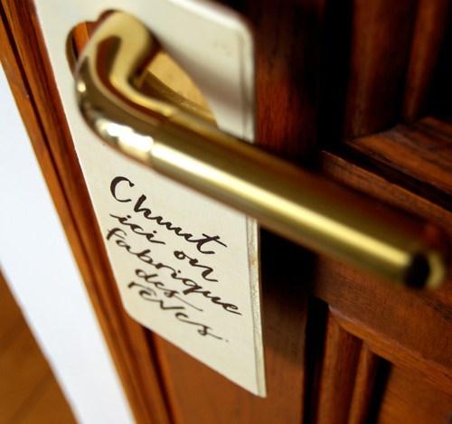 """Plaque de poignée de porte """"Chuuut, ici on fabrique des reves"""". Letters Love Life"""