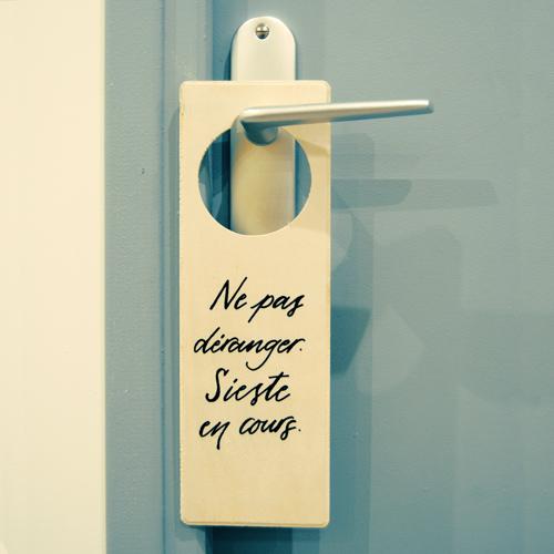 Plaque de poignée de porte | Ne pas déranger. Sieste en cours. | Letters Love Life