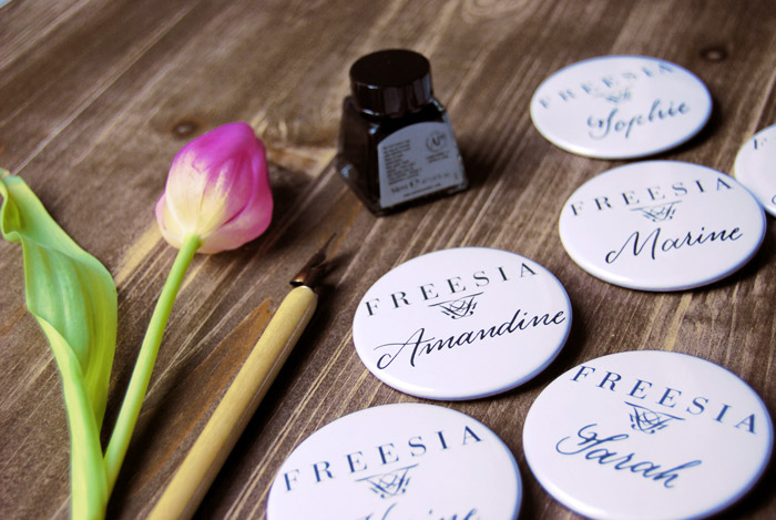 Badge nominativi scritti a mano per l'azienda Freesia | Badge personalizzati per dipendenti e manifestazioni | LettersLoveLife