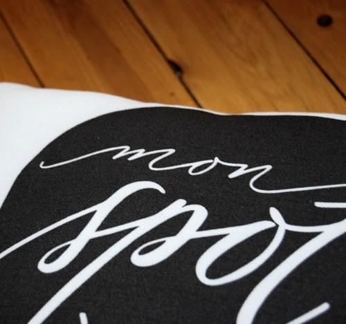 cuscino-monspotàmoi-bianco-dettaglio-calligrafia