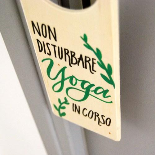 Doorhanger per yogini e chi fa yoga a casa, da appendere alla porta | Letters Love Life