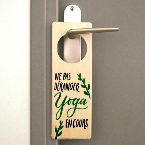 """Idée cadeau pour passionnées de yoga et prof de yoga: plaque de porte """"Ne pas déranger. Yoga en cours"""""""