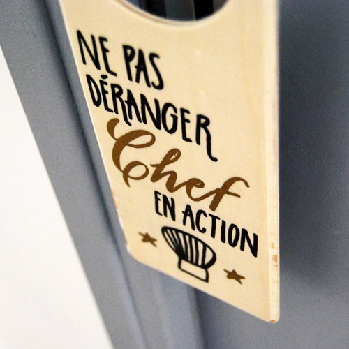 Pour ceux et celles qui aiment cuisiner: un accessoire de cuisine pour décorer la porte avec un message original | Lettrage Marika Salerno