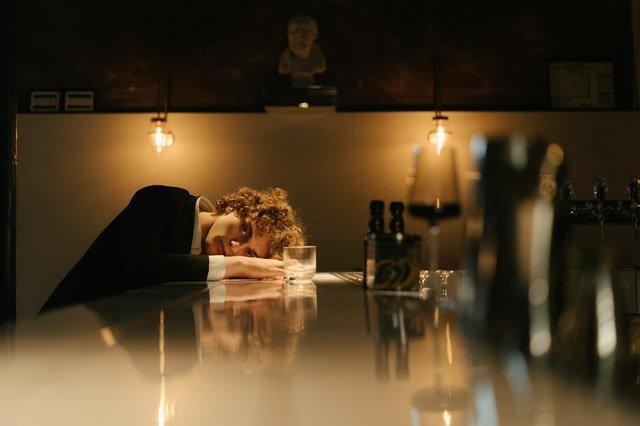 ragazzo al bar
