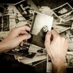 guardare vecchie fotografie è come ripercorrere tratti di vita