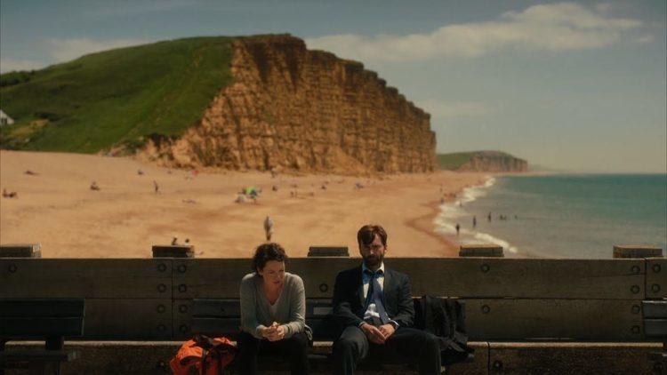 David Tennant e Olivia Colman seduti davanti all'East Cliff di West Bay, nota anche come Bridport Harbour nel Dorset. La frastagliata scogliera è diventata il simbolo della serie già dalla prima puntata, in particolare con questa inquadratura.