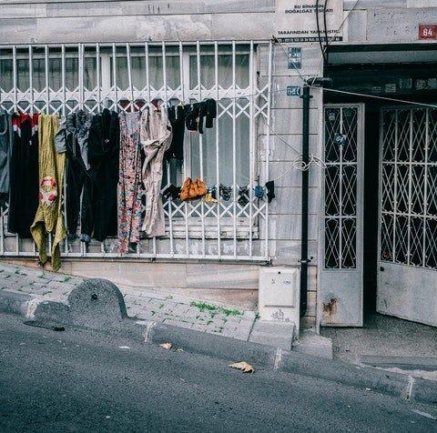 strada in salita con porta con panni stesi