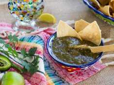 How to Make Roasted Green Tomatillo Salsa (Salsa Verde)