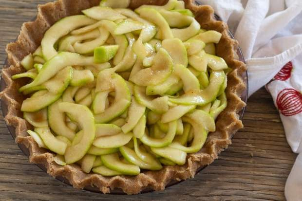 pie pastry with zucchini filling for Zucchini Mock Apple Pie with Oat Almond Crumble
