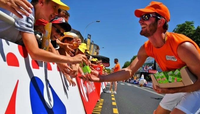 Jules, étudiant en M2 à l'université Savoie-Mont-Blanc, est caravanier sur le Tour de France pour des marques de jus de fruits. //©BBN