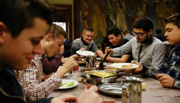 Repas du soir à la maison des Compagnons du devoir de Strasbourg. //©Mathieu Cugnot / Divergence pour l'Etudiant