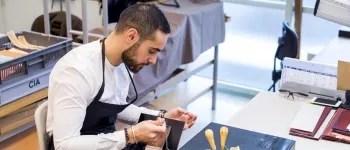Léonard, maroquinier chez Hermès, a commencé comme apprenti dans le cadre de son bac pro métiers du cuir, puis a été embauché en CDI.