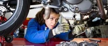 Karen, mécanicienne, a ouvert son propre atelier de réparation de motos. Un bac pro maintenance des véhicules automobiles et un Bachelor à l'École atlantique de commerce lui ont donné une double compétence managériale et technique.