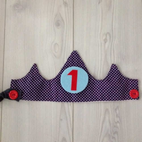 Een zelfgemaakte verjaardagskroon die je elk jaar kunt gebruiken - DIY fabric birthday crown tutorial