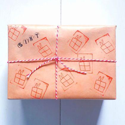 Sinterklaascadeaus inpakken: pakjes leuk versieren, gewoon cadeaupapier stempelen, DIY Sinterklaascadeaupapier
