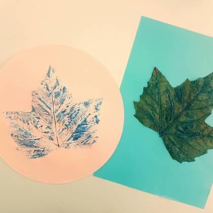 Herfst knutselen: stempelen met bladeren