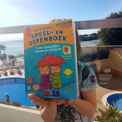Tip: leuk en leerzaam doeboek voor onderweg, op vakantie en thuis. Hoe zorg je dat de kinderen zichzelf even vermaken? Dit doeboek is leuk en leerzaam, voor onderweg, op vakantie en thuis. Het speel- en oefenboek staat vol oefeningen die passen bij de leeftijd van je kind. Het boek is er voor 3-5 jaar, 5-7 jaar en 7-9 jaar.