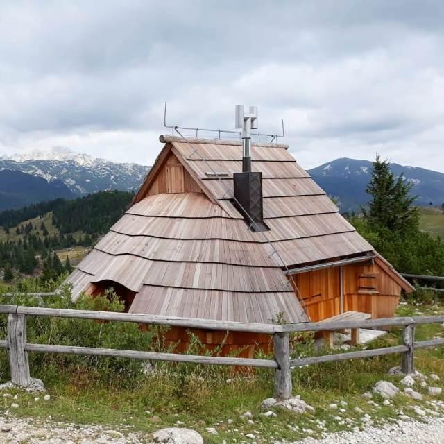 Vakantie in Slovenië met kids, Outdoor Paradijs! Klimmen met kinderen, Velika Planina herdershut