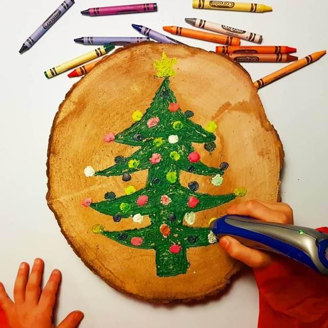 Kerstboom schilderen op een houten schijf met de Crayola crayon pen