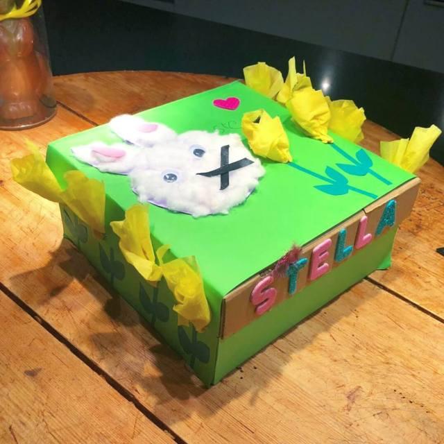 Paasdoos knutselen: de leukste ideeën voor het paasontbijt op school, met paashaas er op van papier en watten