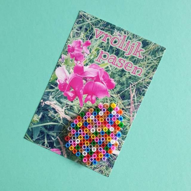 Knutselen met strijkkralen: Pasen en de lente, ansichtkaart paasei maken