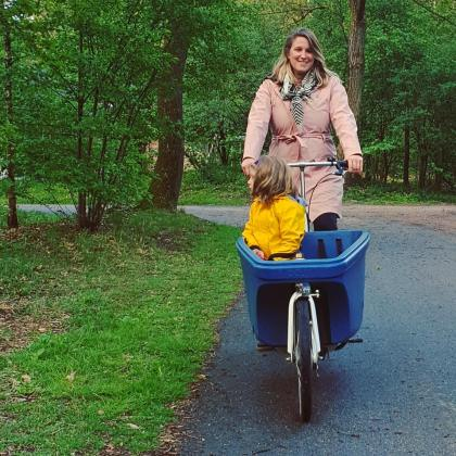 Met een bakfiets al fietsend met de kinderen de natuur ontdekkenop Landal Rabbit Hill