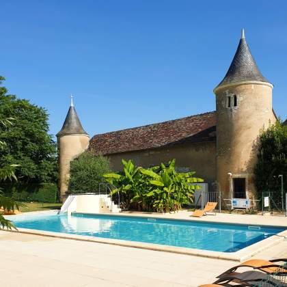 het zwembad van kasteelcamping Le Petit Trianon de Saint Ustre in de Vienne in Frankrijk