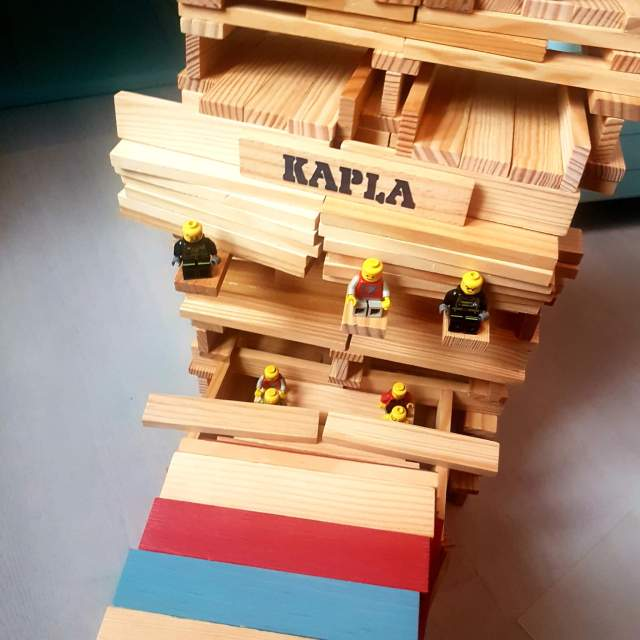 de LEGO poppetjes zitten goed in het fort