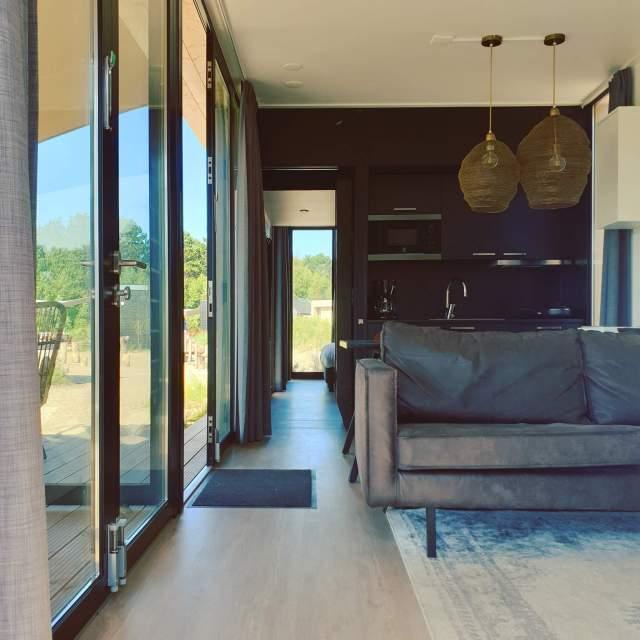 doorkijk van de zithoek en keuken naar de slaapkamer n de Duinroos