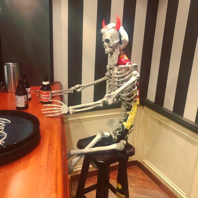 skelet bij de receptie van vakantiepark