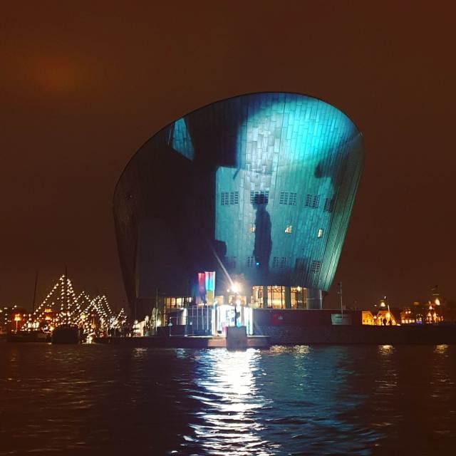 Kunstwerk Nobody tijdens het Amsterdam Light Festival bij NEMO
