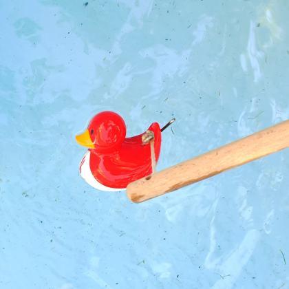 Buitenspelen in je eigen tuin: met deze tips kun je kinderen stimuleren - met water spelen