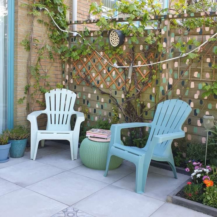 Houten schutting opknappen: een kleurrijke blikvanger in de tuin