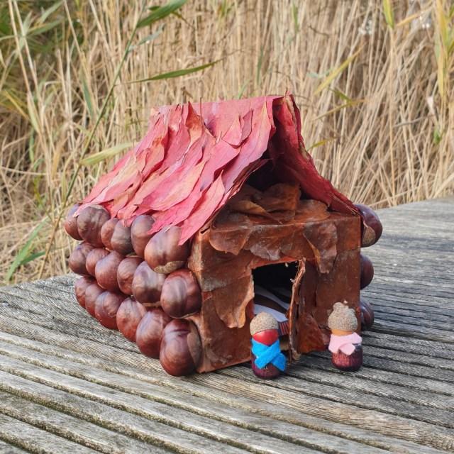 Herfst huisje knutselen met kastanjes, eikels en bladeren