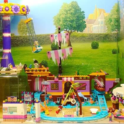 LEGO cadeau ideeën: onze tips voor kinderen van alle leeftijden. Met LEGO Friends richt het merk zich wat meer op meisjes. De sets hebben veel roze en andere felle kleuren. Daarnaast hebben ze wat minder kleine onderdelen.